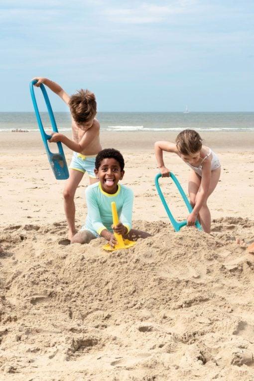 scoppi schep donkerblauw, schep, quut, zandbakspeelgoed, strand, wonderzolder.nl